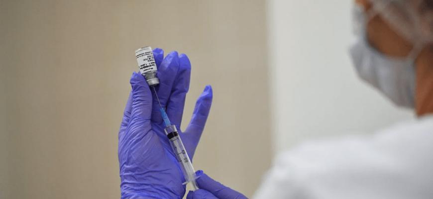 Можно или нельзя мочить прививку от коронавируса